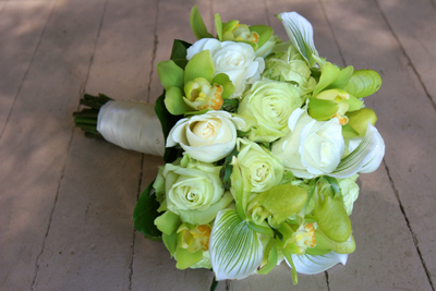 ivory and green roses in this maui brides bouquet